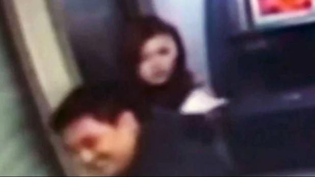 Robber returns woman's money, वीडियो: ऐसा लुटेरा कभी नहीं देखा होगा, लूटने के बाद मुस्कराकर लौटाए पैसे