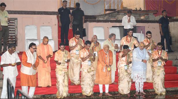 pm modi ganga aarti, क्या PM मोदी की वजह से देर से हुई गंगा आरती ? सपा नेता ने उठाए सवाल