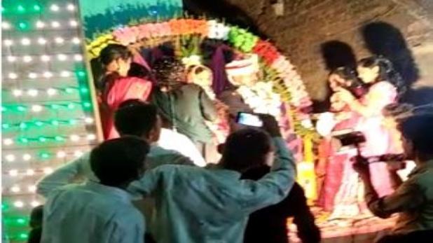 groom Bride firing on stage, जब दुल्हन के हाथ में बंदूक थमाकर दूल्हा ने की ठांय-ठांय