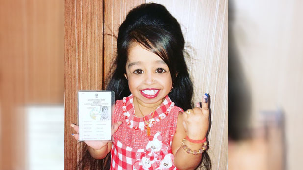 smallest-living-woman-in-world-jyoti-amge-vote-for-lok-sabha-chunav-2019, दुनिया की सबसे छोटी महिला ने डाला वोट, वोटर्स से कहा ये…