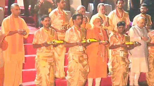PM Modi Varanasi Road Show, वाराणसी में मेगा शो खत्म, दशाश्वमेध घाट पर गंगा आरती में शामिल हुए PM मोदी