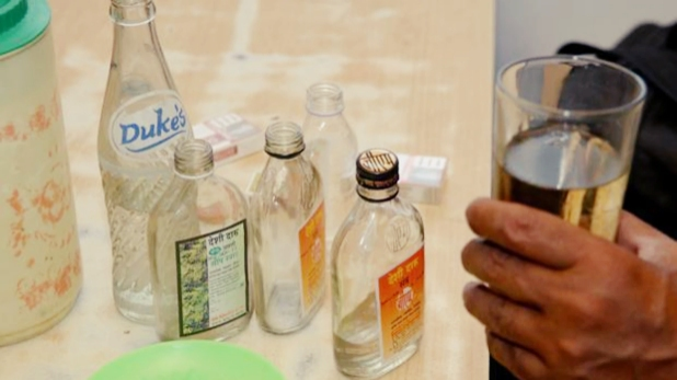 जहरीली शराब, यूपी: बाराबंकी में जहरीली शराब पीने से 10 की मौत, CO-इंस्पेक्टर समेत 11 पर गिरी गाज