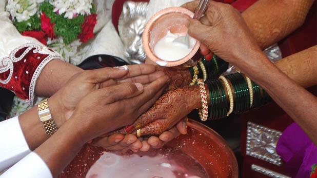 Indian Bride Elopes, शादी कराने वाले पंडित के साथ रफूचक्कर हुई दुल्हन