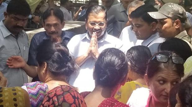 Arvind Kejriwal, एक महीने के अंदर केजरीवाल पर दूसरा हमला, अब महिला ने पकड़ी शर्ट
