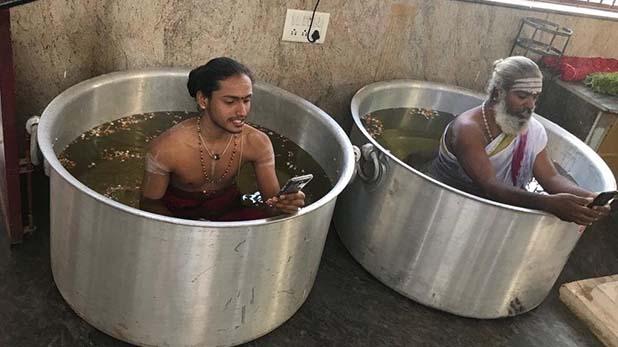 monsoon, अच्छे मानसून के लिए पानी भरे बर्तन में बैठकर हो रही है पूजा