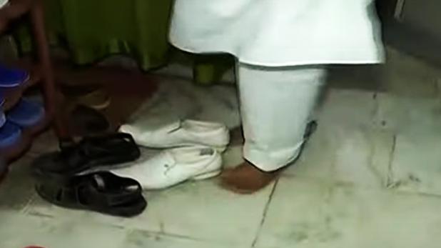चमकी बुखार, टीवी9 भारतवर्ष के रिपोर्टर ने ICU में जूते पहनकर बैठे नेताजी के उतरवाए जूते, देखें VIDEO
