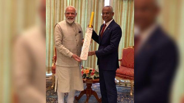 मालदीव, पीएम मोदी ने मालदीव के राष्ट्रपति को भेंट किया टीम इंडिया के साइन वाला बैट