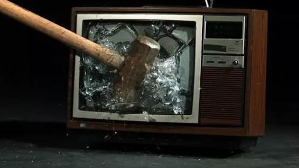 IND VS PAK, IND VS PAK: तोड़े जा रहे हैं टीवी सेट्स, ये पाकिस्तान को हुआ क्या है?