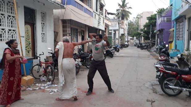 son beat father, प्रॉपर्टी के लिए बेटे-बहू ने 80 साल के बुजुर्ग को बेरहमी से पीटा