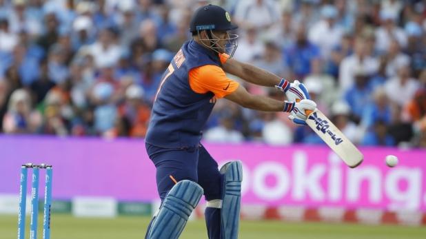 महेंद्र सिंह धोनी, धीमी बल्लेबाजी के लिए आलोचकों के निशाने पर आए MS धोनी, दिग्गजों ने भी जताई हैरानी
