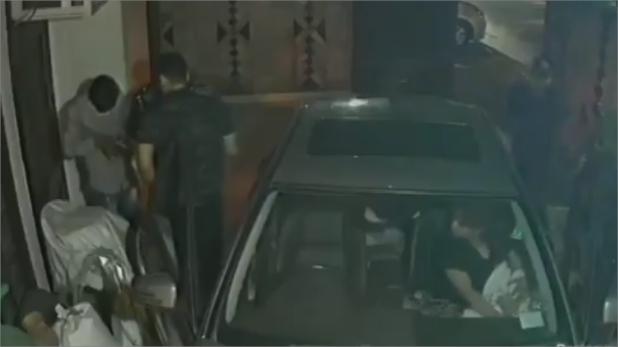 दिल्ली में लूट, दिल्ली: बदमाशों ने घर में घुसकर बंदूक की नोक पर परिवार को लूटा, डराने वाला वीडियो CCTV में हुआ कैद