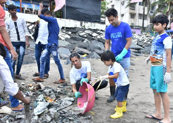 Celebrities Clean Mumbai Beach, सुजैन खान, नोरा फतेही समेत इन हस्तियों ने चलाया मुंबई बीच सफाई अभियान, देखें तस्वीरें