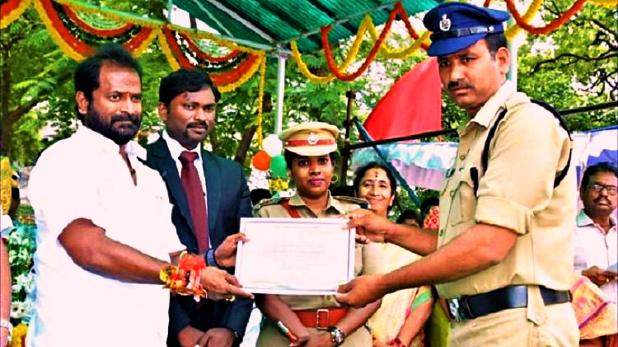 Telangana police, 15 अगस्त को मिला था 'बेस्ट कॉन्स्टेबल' अवार्ड, एक दिन बाद ही घूस लेते पकड़ा गया पुलिसकर्मी