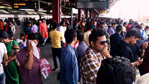 Delhi Metro, पतंग के मांझे में उलझी दिल्ली मेट्रो की रफ्तार, रक्षाबंधन पर यात्री हुए परेशान