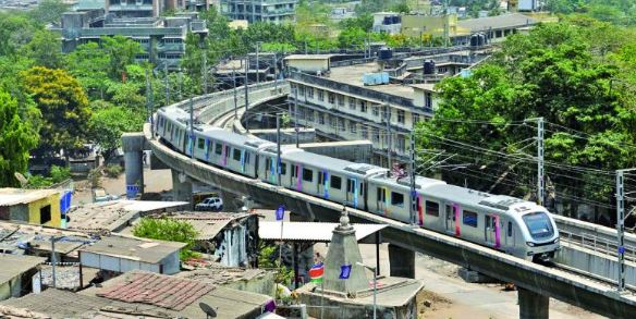 Delhi Metro Rail Corporation, मेट्रो पटरी पर बैठा शख्स, ब्लू लाइन सेवाएं प्रभावित, स्टेशनों में लगी यात्रियों की लंबी कतारें