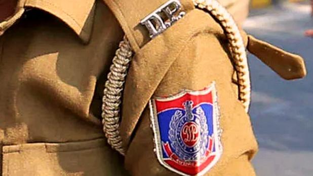 Delhi police constable and three accused, दिल्ली पुलिस कांस्टेबल सहित तीन पर केस दर्ज करने के आदेश, शख्स की पटाई कर छत से फेंकने का आरोप