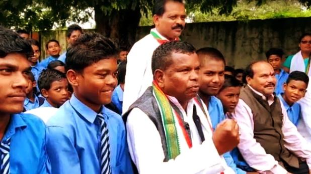 Kawasi Lakhma, 'बड़ा नेता बनना है तो कलेक्टर-एसपी की कॉलर पकड़ो', छत्तीसगढ़ के मंत्री ने बच्चों को दिया ज्ञान- VIDEO
