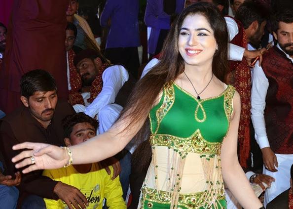 Pakistani Sapna Chaudhary, आंखों से घायल कर देती है पाकिस्तान की ये देसी सपना, देखें तस्वीरें