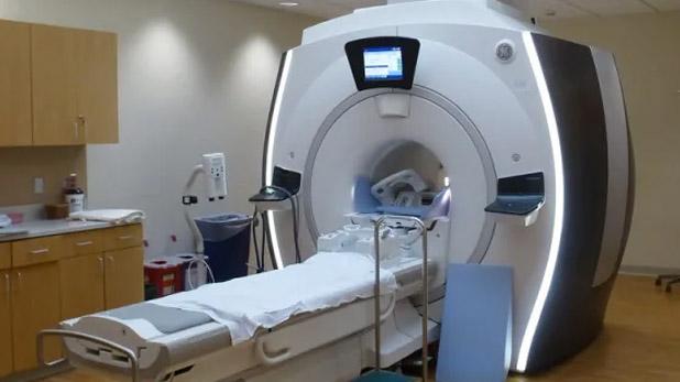 MRI मशीन, मरीज को MRI मशीन में डालकर भूल गया स्टाफ, सांस टूटने लगी तो खुद निकले बाहर