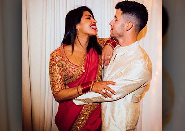 प्रियंका चोपड़ा, पति निक के कॉन्सर्ट में प्रियंका ने मनाया पहला करवाचौथ, लाल साड़ी में ढाया कहर