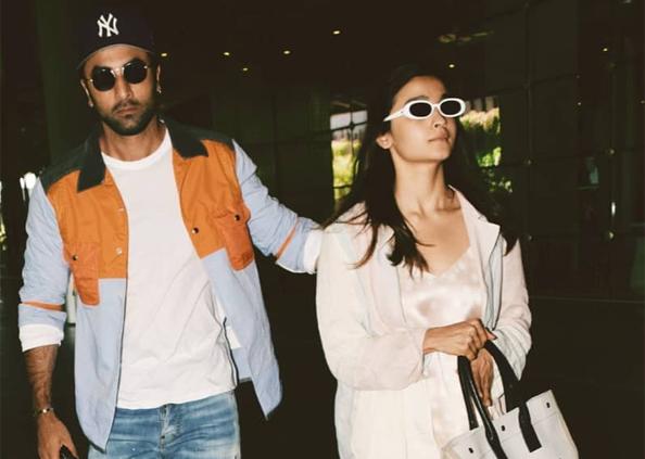 Ranbir Kapoor Injured, Photos : रणबीर को लगी हाथ में चोट, यूं एयरपोर्ट पर बॉयफ्रेंड को संभालती दिखीं आलिया भट्ट