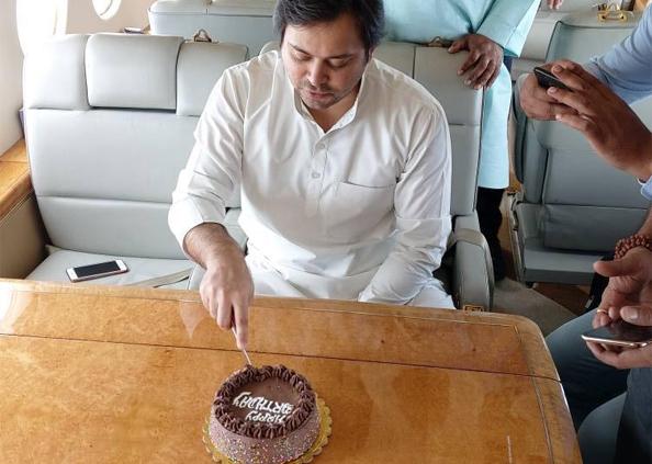 Tejashwi yadav Birthday, पार्टी फर्श पर तेजस्वी अर्श पर, लालू के लाल ने हवा में काटा बर्थडे केक, देखें तस्वीरें