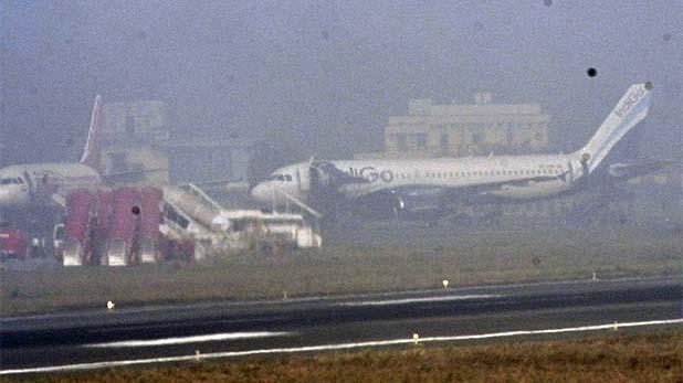 high air pollution in delhi ncr, धुंध के कारण दिल्ली हवाईअड्डे से दूसरे शहरों को मोड़ी गईं 32 उड़ानें