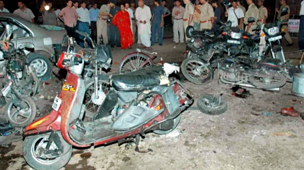 Gujarat blast Kandla port and Indian Oil Kandla Refinery, गुजरात के केमिकल स्टोरेज टैंकों में धमाका, तीन की मौत