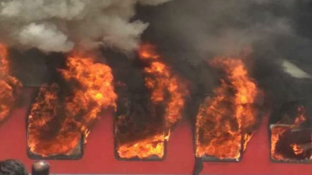 West Bengal Protesters set fire to 5 trains, पश्चिम बंगाल: नागरिकता संशोधन बिल के विरोध में प्रदर्शनकारियों ने 5 ट्रेनों में लगाई आग