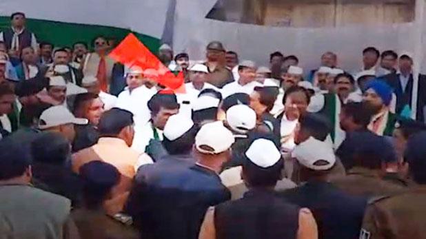 Mp Congress Leaders Fight At Republic Day Event, तिरंगा फहराने को लेकर आपस में भिड़े कांग्रेसी नेता, जमकर चले थप्पड़-घूसे, वीडियो वायरल