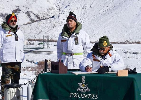 General Manoj Mukund Naravane visits Siachen, आर्मी चीफ बनने के बाद दुनिया की सबसे ऊंची बैटलफील्ड पहुंचे जनरल MM नरवणे, देखें तस्वीरें