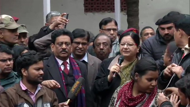 Jamia's VC will go Court against Delhi Police, नारेबाजी कर रहे छात्रों के बीच पहुंची जामिया की VC, कहा- दिल्ली पुलिस के खिलाफ जाएंगे कोर्ट