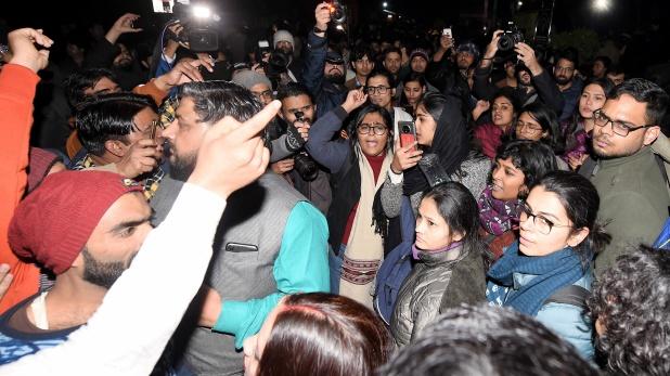 Ruckus in JNU, दिल्ली पुलिस ने JNU कैंपस में किया फ्लैग मार्च, 'दिल्ली पुलिस वापस जाओ' के लगे नारे