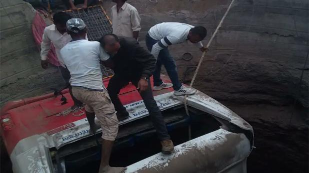 Maharashtra Nashik Road Accident, महाराष्ट्र : जोरदार टक्कर के बाद कुएं में गिरे बस और ऑटो रिक्शा, 26 की मौत, 32 घायल