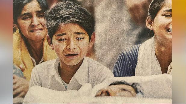 Delhi Violence, Delhi Violence: कहां तुम चले गए….! सामने कफन में लिपटे पिता की बंद आंखों से सवाल करता मासूम