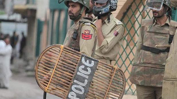 Jammu and Kashmir Security forces arrested three suspected students, जम्मू-कश्मीर: सुरक्षा बलों ने तीन संदिग्ध छात्रों को किया गिरफ्तार, एक हैंड ग्रेनेड भी बरामद
