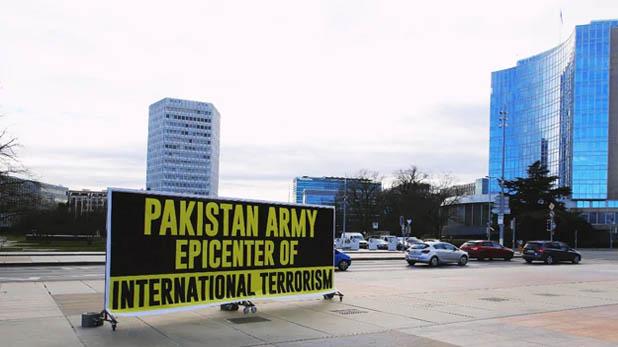 Pakistan Army is the center of global terror, 'पाक आर्मी है वैश्विक आतंक का केंद्र,' पाकिस्तानी अल्पसंख्यकों ने UN ऑफिस के बाहर लगाए पोस्टर