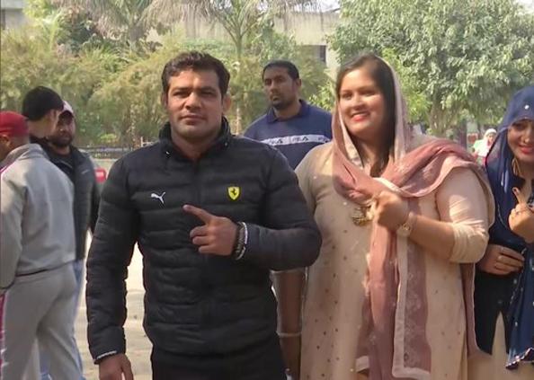 Delhi Assembly Election 2020, Delhi Election : फैमिली को साथ लेकर वोट डालने निकले दिल्ली के VVIPs, तस्वीरों में देखें उनके अंदाज