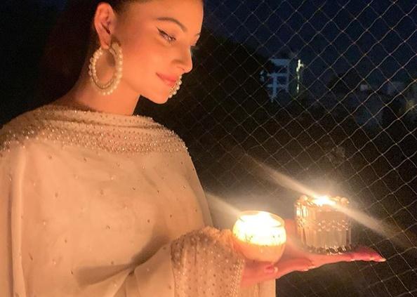Narendra Modi appeal, किसी ने जलाई टॉर्च तो किसी ने दीया, बॉलीवुड ने ऐसे बढ़ाया कोरोना फाइटर्स का हौसला, देखें Photos