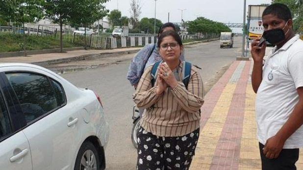 Outsiders beaten by lady police in Jind government college, जींद गवर्नमेंट कॉलेज में लेडी सिंघम ने की आउट साइडर्स की धुनाई