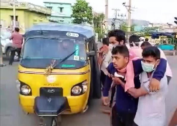 Vizag Gas Leak, सड़कों पर बच्चे, बूढ़े और युवा हर कोई बेहोश नजर आया, देखें, VizagGasLeak के भयावह मंजर की तस्वीरें