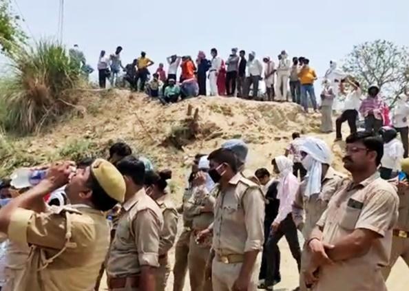 baba shobhan sarkar, PHOTOS: शोभन सरकार की अंतिम यात्रा में उमड़ी भीड़, Social Distancing की उड़ी धज्जियां