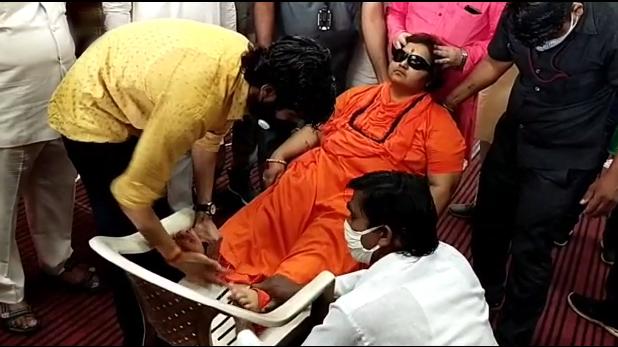 pragya singh thakur, 'आतंकी के समापन के लिए संन्यासी को खड़ा होना पड़ा', प्रज्ञा का विवादित बयान