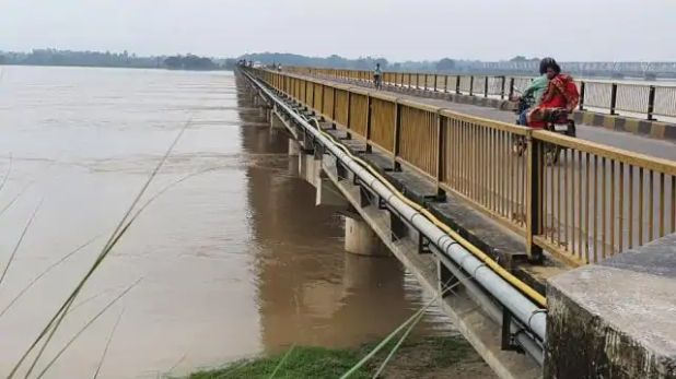 flood in various parts of UP, उत्तर प्रदेश: नदियों में उफान से बाढ़ के हालात, खेतों और घरों में घुस रहा पानी