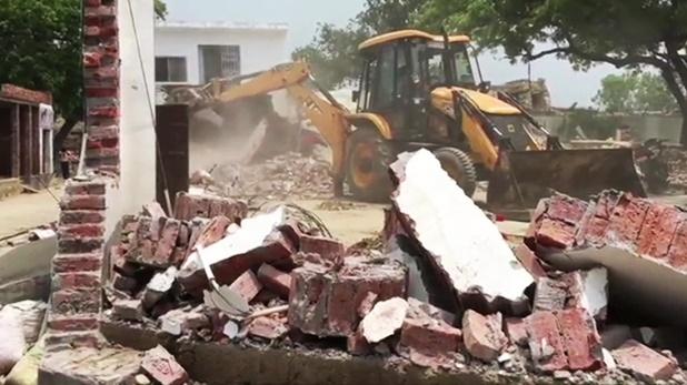 Kanpur Encounter Updates, Kanpur Encounter में बड़ा खुलासा- विकास दुबे की कॉल डिटेल में कई पुलिसवालों के नंबर, ढहाया गया घर