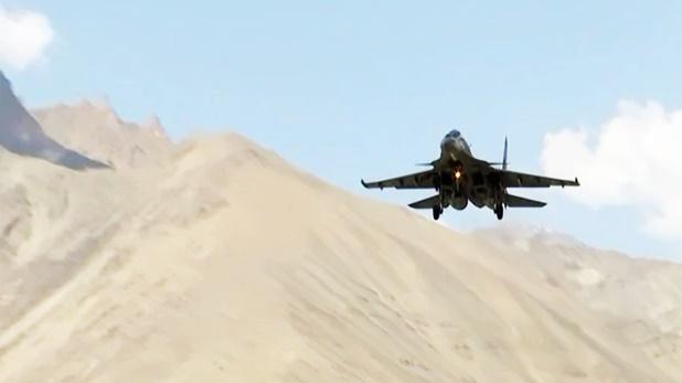 Apache helicopters Sukhoi, भारत का China को कड़ा संदेश, LAC पर सुखोई और मिग लड़ाकू विमानों ने भरी उड़ान