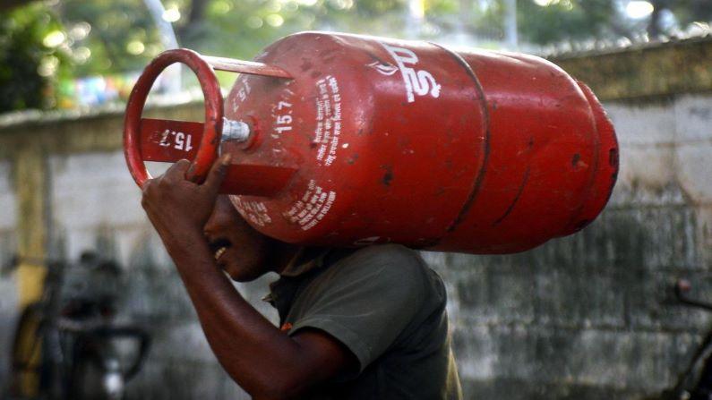 LPG Cylinder Price: फिर महंगी हुई रसोई गैस, कंपनियों ने जारी किया रेट, फटाफट चेक करें