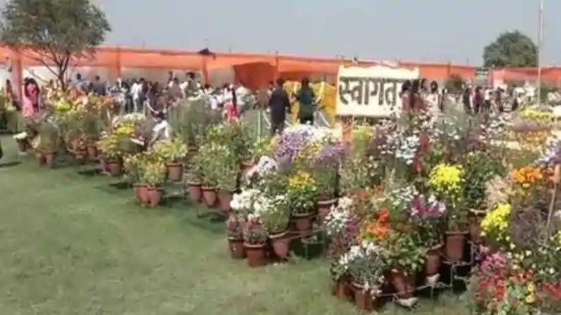 आगरा में हुए पुष्प प्रदर्शनी में हजारों की संख्या में पहुंचे लोग, रंग-बिरंगे फूलों की जमकर की तारीफ
