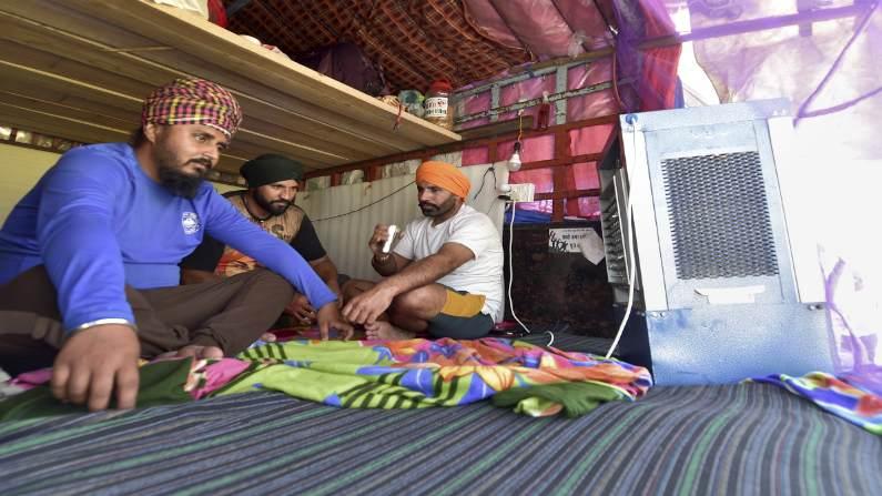 गन्ने का जूस, कूलर और मच्छरदानियां...गर्मी से बचने को किसानों ने गाजीपुर बॉर्डर पर किए ये इंतजाम