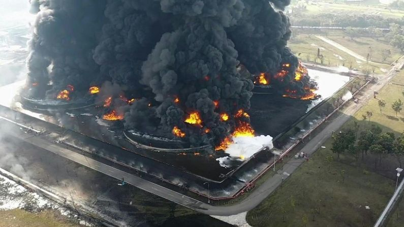 Khaskhabar/इंडोनेशिया (Indonesia) के पर्टेमिना बालोंगन रिफाइनरी (Pertamina Balongan Refinery) में भीषण आग लग गई. इस कारण प्लांट के ऊपर से धुएं का गुबार उठ रहा है.वेस्ट जावा (West Java) प्रांत में स्थित पर्टेमिना